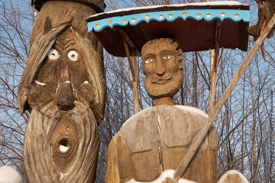 Единственное посещенное место из запланированных на сегодня. Деревянных дел мастер Егор делает чертей и всяких сказочных персонажей из бревен. Этакий русский папа Карло.