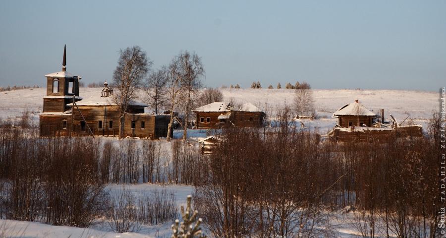 Чуть дальше по дороге стоит деревня Ужгинское. Во всей деревне один жилой дом.