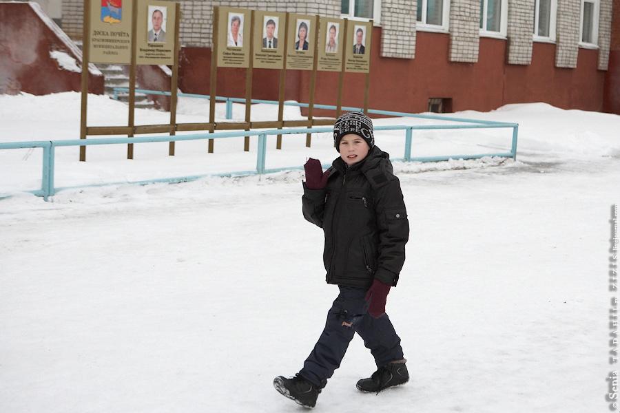 Опять проезжаем Красновишерск, нас приветствуют местные жители.