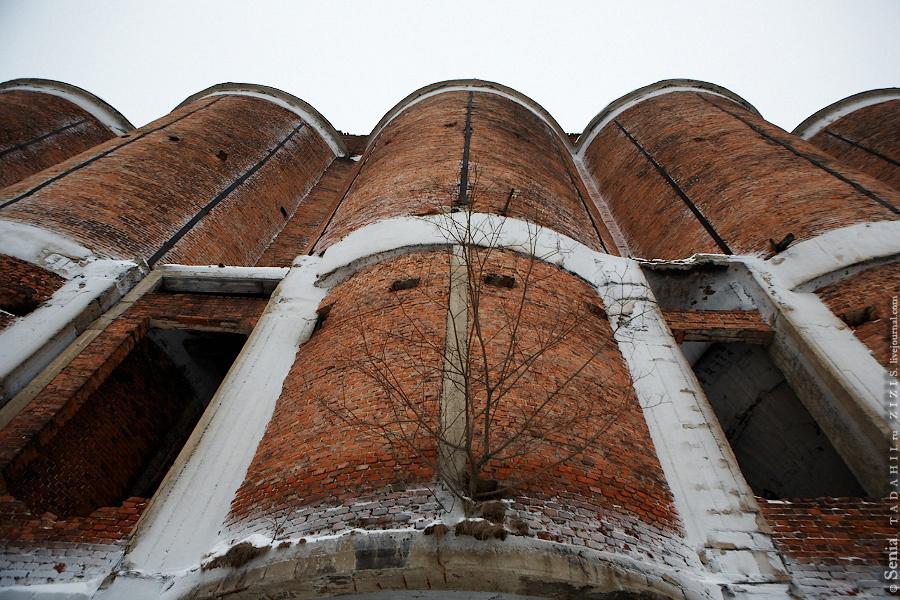 Сохранились и старые заводы. На этом заводе можно провести целый день и не посмотреть все. Где вы, пермские члены сообщества ru_abandoned? Хотя зная уровень развития интернета в этих местах, понятно, что все еще впереди.