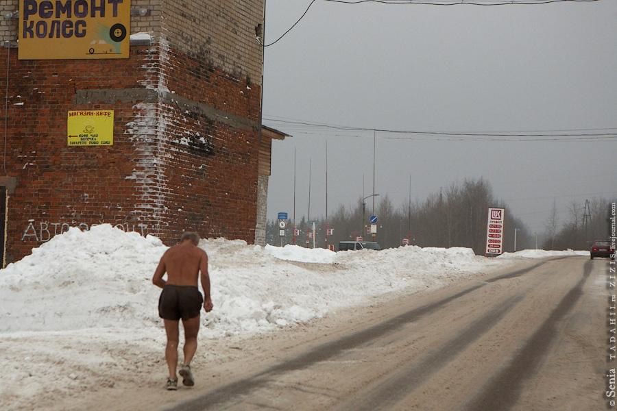 Именно здесь мы встретили двух пожилых человек (одному было явно за семьдесят), занимающихся пробежкой.
