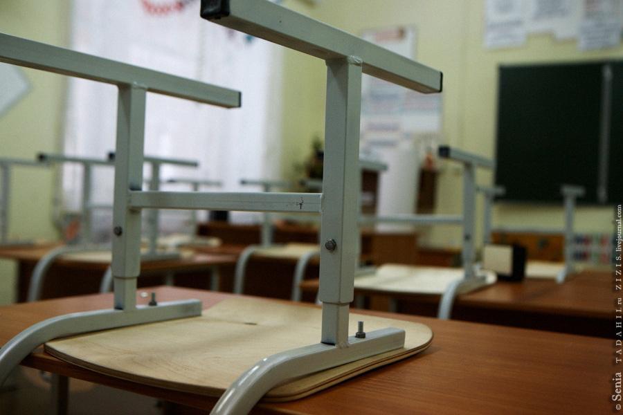 Школа хоть и не новая (тридцать пять лет), но хорошая. Рассчитана на 400-450 учеников. Сейчас вся основная общественная жизнь проходит именно здесь.