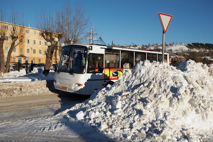 Вышли из завода в город и вот – автобус! (Да, если вы не заметили, у нас тут зима, Сибирь, по улицам запросто ходят медведи и деды Морозы (шутка)).