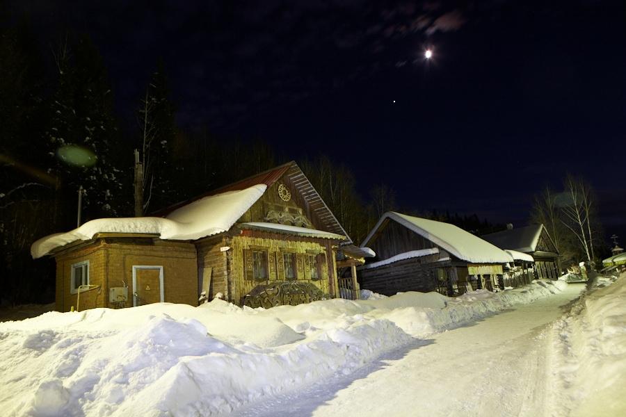 А ночуем мы сегодня в деревне. Вот в этом крайнем домике.
