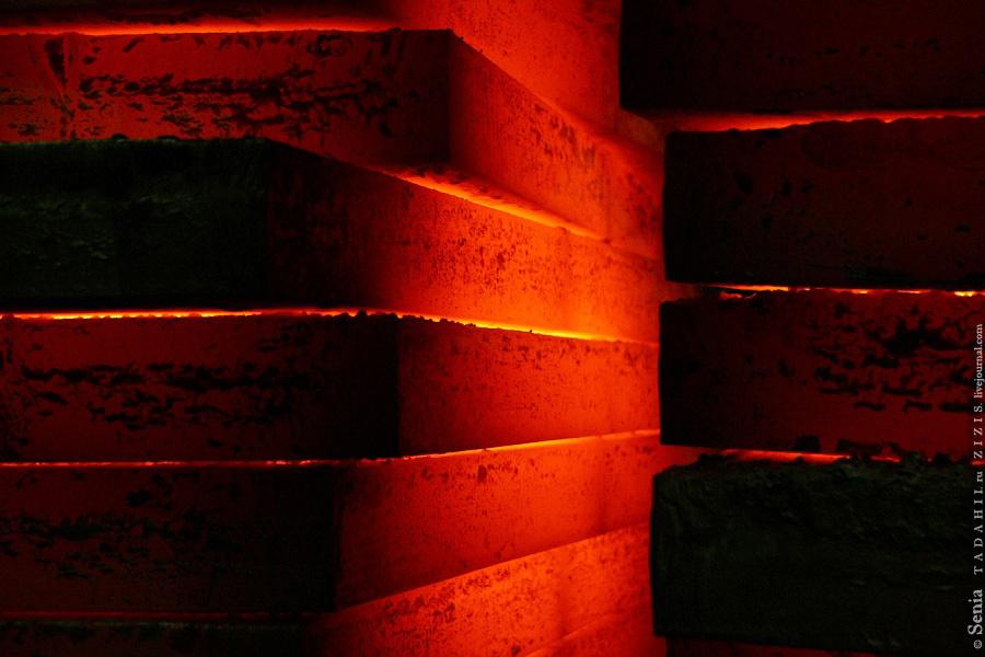 В цехах лежит светящийся металл для производства светящихся столбов.