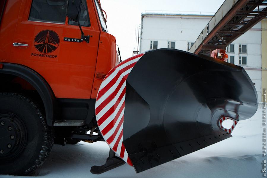 Пока мы гуляли по территории на наш Дэф прицепили ковш (обещают снегопады) и немного перекрасили кузов.