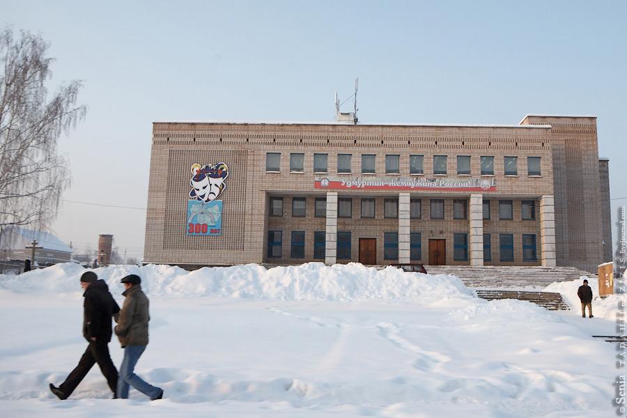 Проезжая населенный пункт Як Бодья, мы узнали, что Удмуртия – жемчужина России. Ничего по этому поводу сказать не могу, не был. Но первое впечатление складывается, что там интересно.