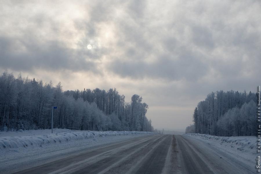 Трасса зимой очень красивая, деревья стоят в снегу, грязи мало.