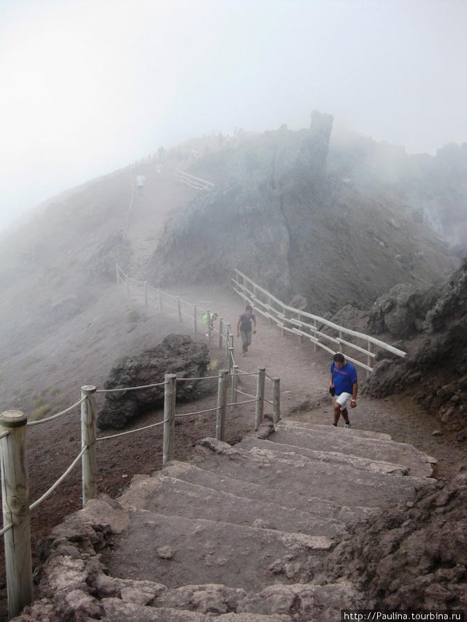 Дорога на вершине Везувия вокруг его кратера