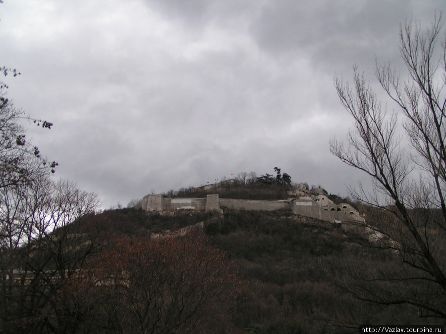 Вид на верхушку холма, где расположена крепость