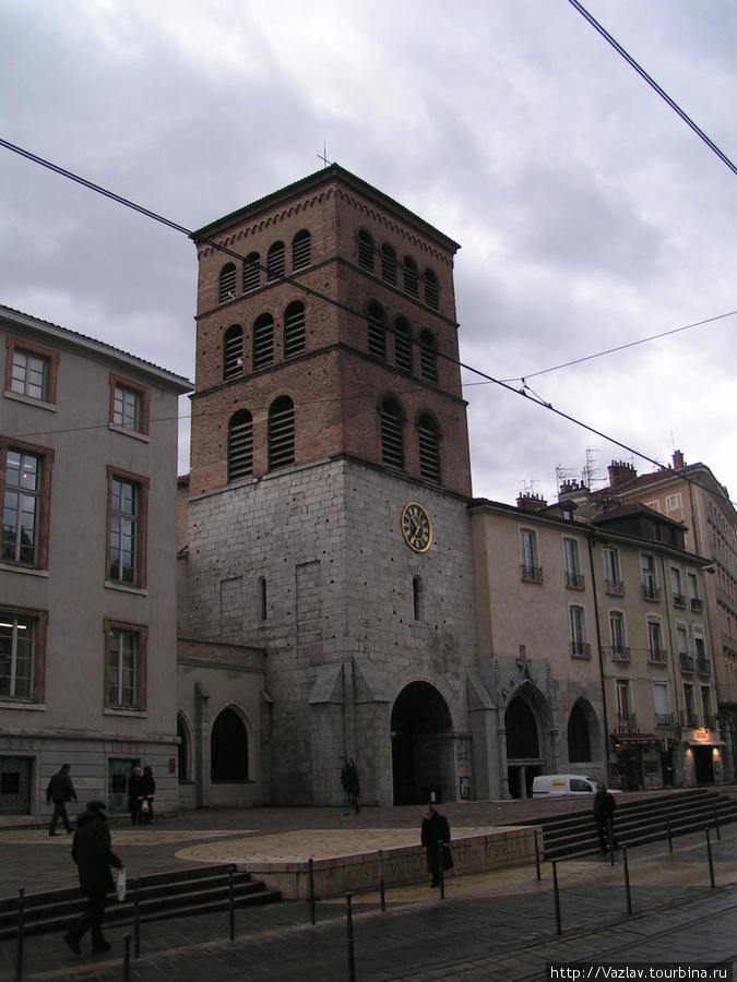 Здание собора. Вход находистя правее фасада