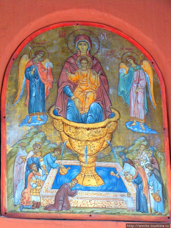 Икона Божьей матери над входом в часовню.