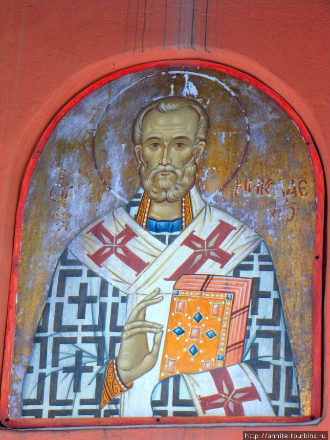 Икона Николая Чудотворца над входом в часовню.