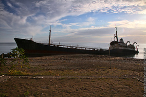 Огромное судно лежит на боку, наполовину затопленное. Ощущения совершенно непередаваемые, когда видишь такую картину.