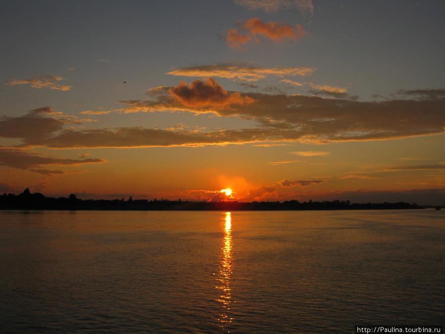 Вид с прогулочного летнего теплохода на берега р.Томь