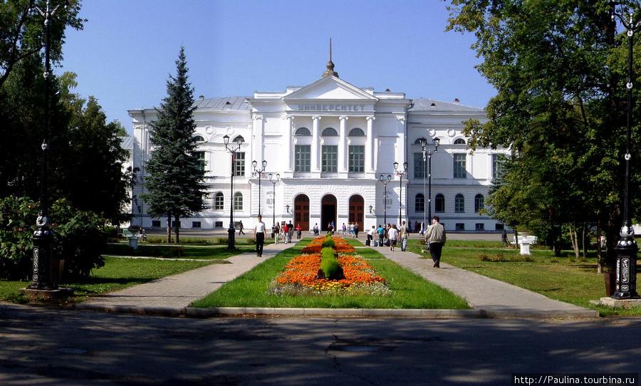Томский государственный университет и университетская роща, в которой часто просто так можно увидеть бегающих по ней белочек:)