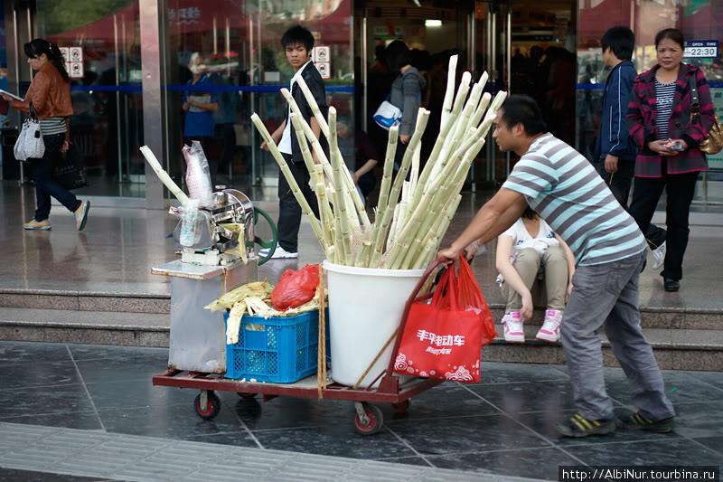 Продавцы сахарного торостника могут сразу отжать сок или можно просто пожевать сочный стебель отдав пару кваев за метр.