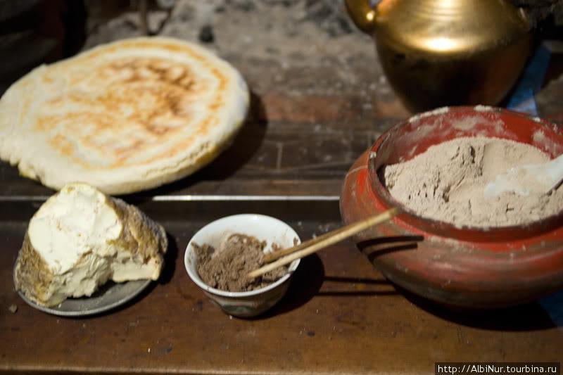 Традиционная тибетская еда предельно простая, но питательная. В основе зерновые (жареная ячменная мука, лепёшки) и ячье молоко, из которого делают и кислый сыр.