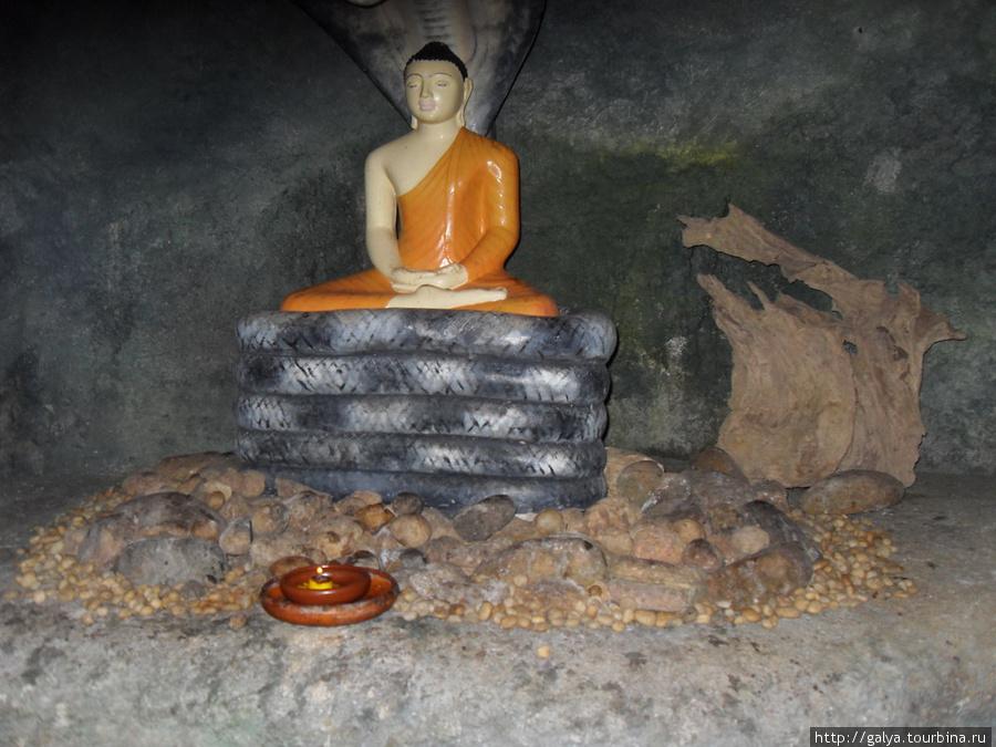 буддийский храм на скале неподалеку от нашей гостиницы. Это молодой храм — ему только 400 лет. Это пещера