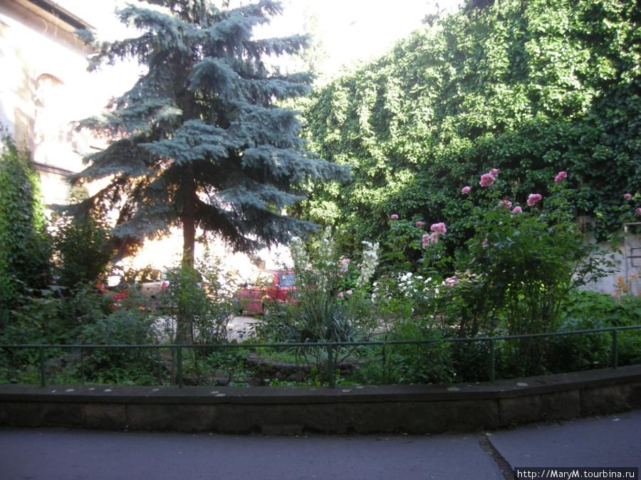 Садовый дизайн на улицах Эгера — обычная вещь.