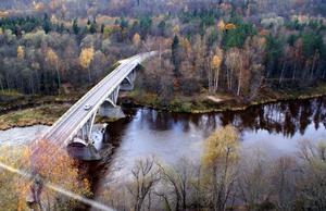автомобильный мост над рекой
