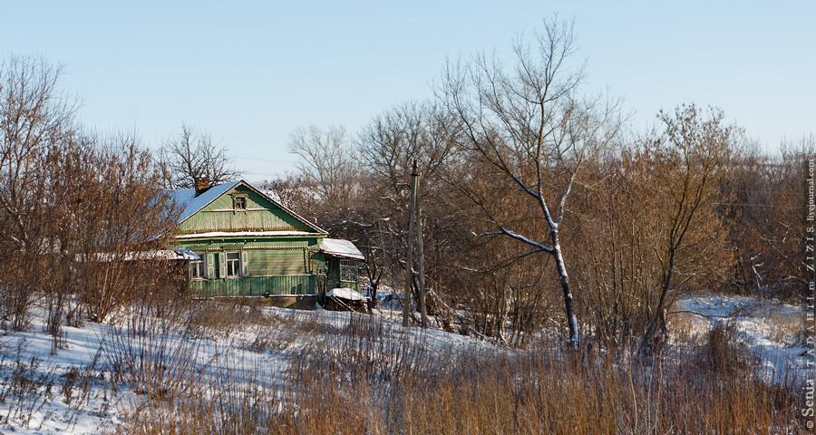 А судя по домам – не очень. Как и несколько столетий назад, основная жилая часть поселка расположена вдоль реки. Есть брошенные дома, но не много. В этих местах меньше чем за полмиллиона рублей можно купить большой дом с коммуникациями и пол-гектаром земли.