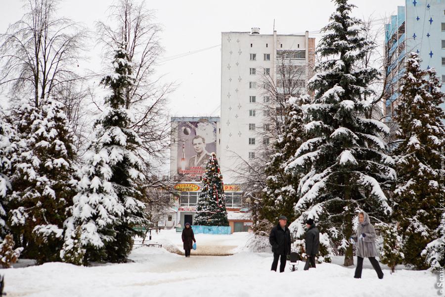 Напротив гостиницы находится сквер имени Г.С. Титова. Надо сказать, что Германа Степановича тут очень любят. Я бы не удивился, если бы город вскорости переименовали в Титовск или Титовград.