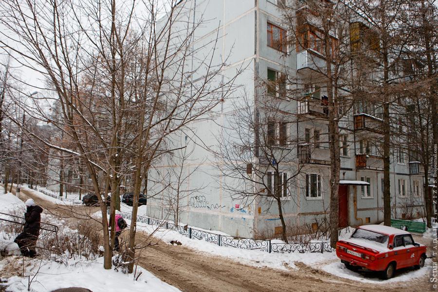 Вот это три одинаковых дома под общим названием «Три поросенка». Наверно, потому что хру-хру-хрущевки.
