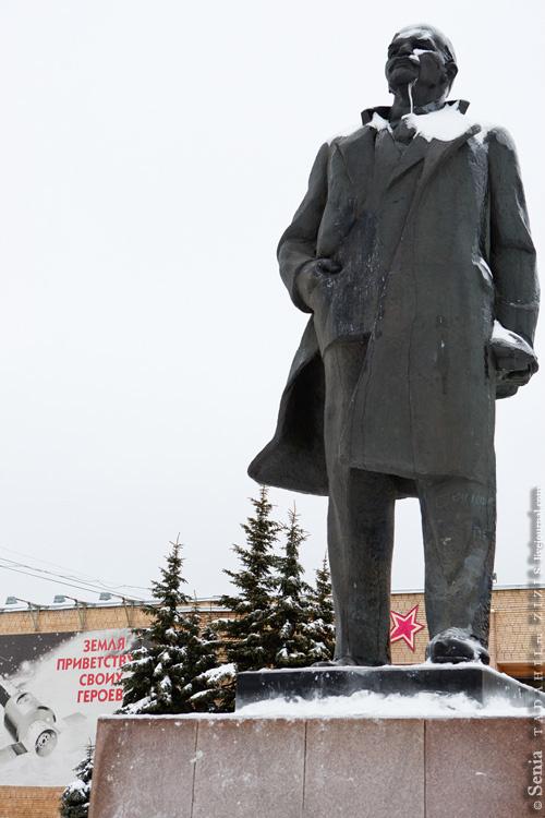 Ну а что за Новый год и без елки? В смысле, центральная площадь и без Ильича? Тут он какой-то не очень опрятный, хотя опять же праздники.