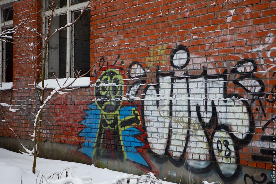 Парк тоже примечателен. Кроме братской могилы тут есть заброшенный детский сад, говорят, принадлежал КГБ.
