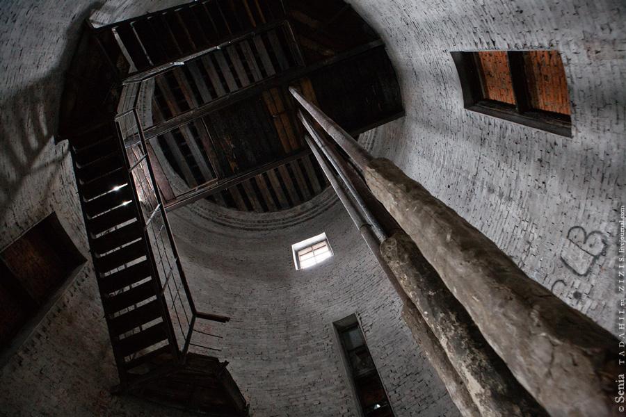 Тут был целый детский лагерь, со своей котельной и водонапорной башней. Еще полгода назад лестница была цела и можно было подняться наверх. Там, правда, смотреть особо не на что, но сам факт ликвидации возможности подняться огорчает.