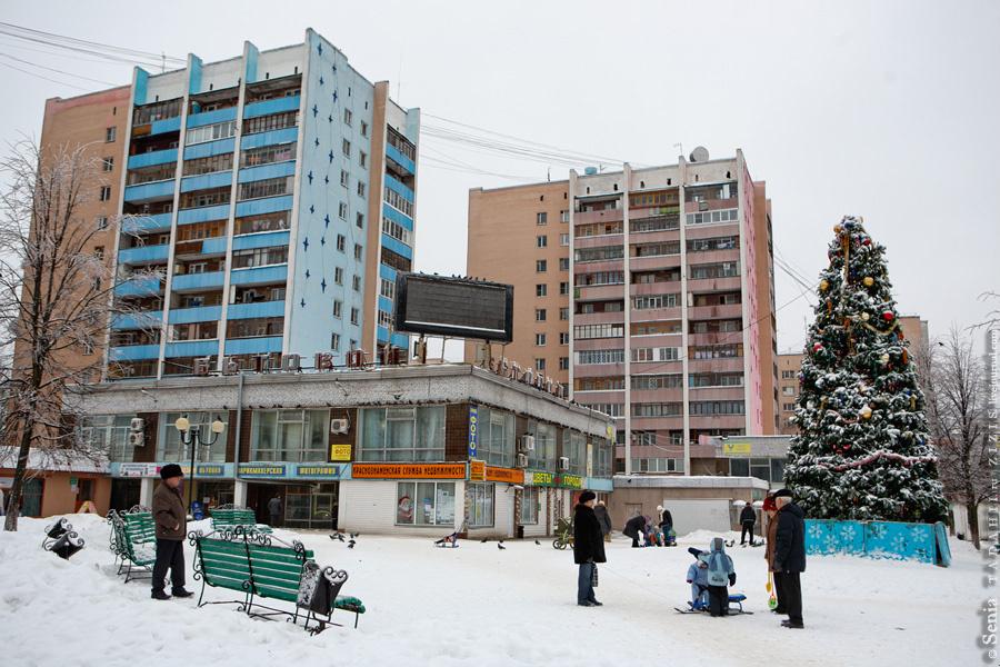 Вот мы и вернулись к месту старта нашей виртуальной экскурсии. Справа сквер Титова, а это небольшая площадь перед торгово-бытовым комплексом.