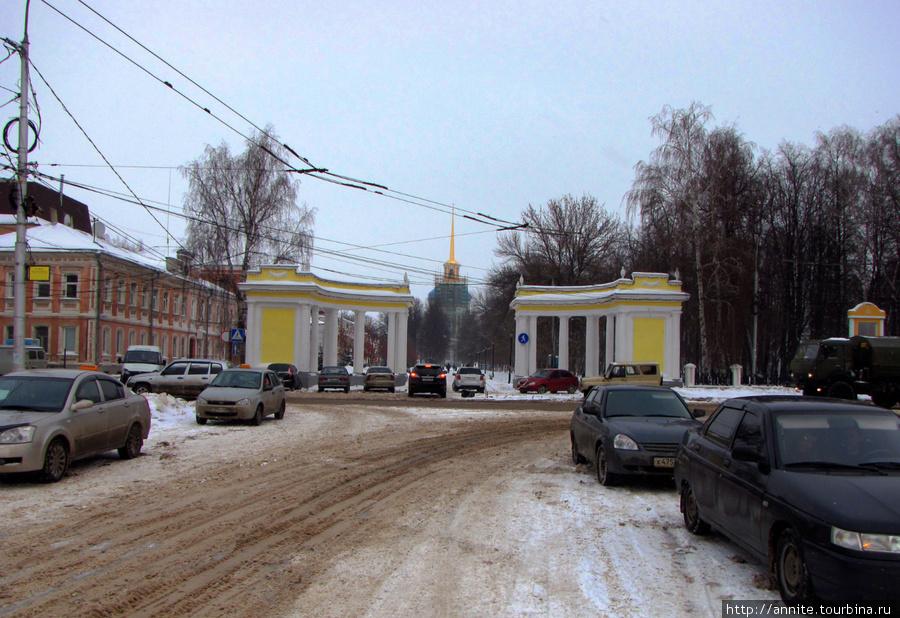 Вход в парк обозначен колоннадой. Вид с Соборной площади.