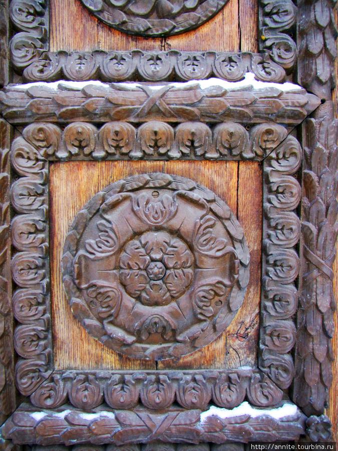 Часовня в парке. Фрагмент декора двери.
