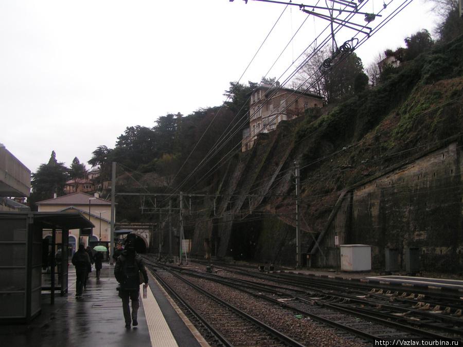 Одна из платформ. Здание вокзала на заднем плане