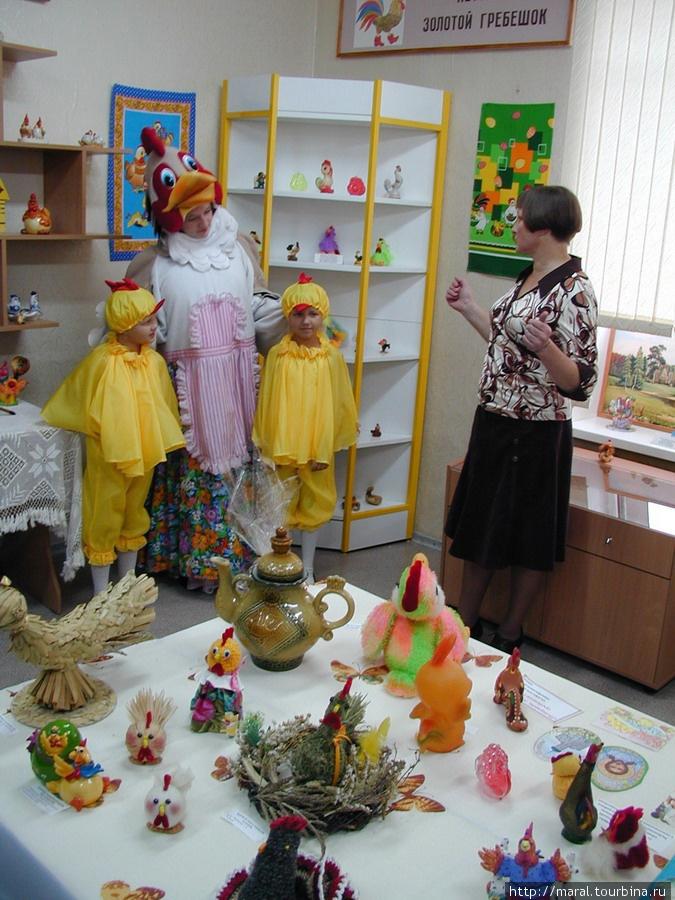 Курочка Ряба с детками-цыплятками чувствует себя полноправной хозяйкой в своём Музее, где изобилие рукотворных курочек, петушков и цыплят