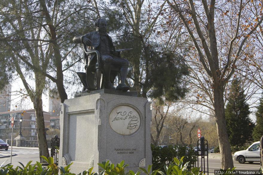 Памятник Гойе у расписанной им часовни Святого Антония