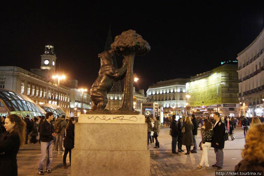 Медведь у земляничного дерева на площади Пуэрта дель Соль