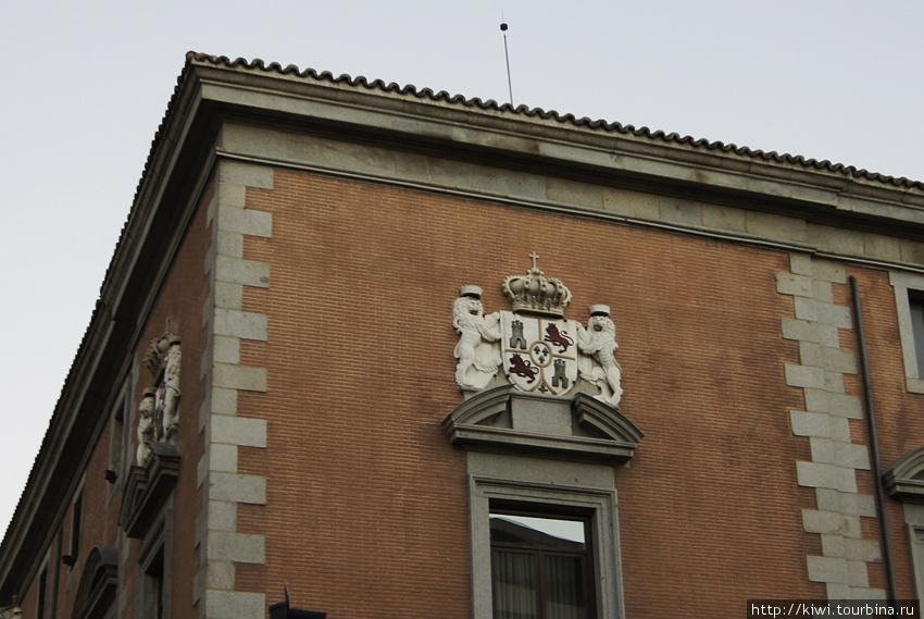 Герб Габсбургов в австрийской части Мадрида