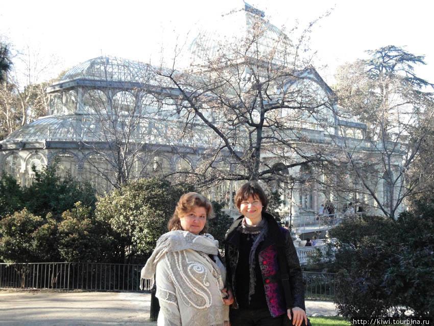 На фоне хрустального дворца