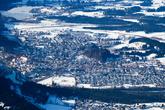 Фюссен ежегодно посещает один миллион триста тысяч туристов. Основное их количество приезжает в Фюссен по железной дороге. Расстояние до Мюнхена — 115 километров. От Мюнхена с Главного вокзала поезда до Фюссена ходят каждый час. Продолжительность поездки — около двух часов.