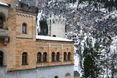 Замок Нойшванштайн стоит на месте двух крепостей, переднего и заднего Швангау. Король Людвиг II приказал на этом месте путём взрыва скалы опустить плато приблизительно на 8 м и создать тем самым место для постройки «сказочного дворца». После строительства дороги и прокладки трубопровода 5 сентября 1869 года был заложен первый камень для строительства огромного замка
