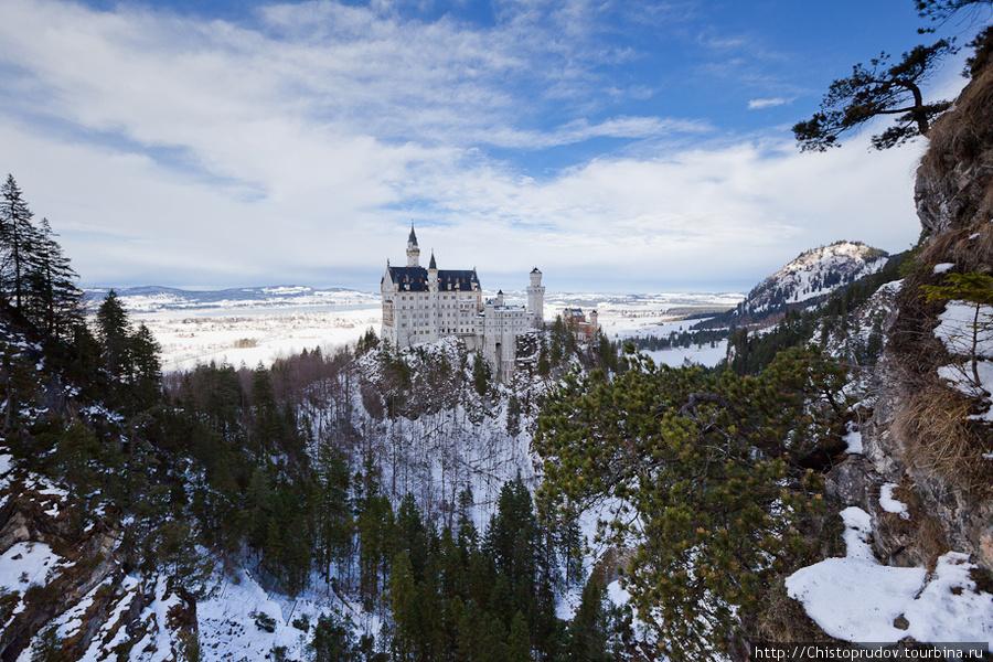 Вид с моста. В конце декабря замок освещен солнцем только короткий промежуток времени после обеда. Фюссен, Германия