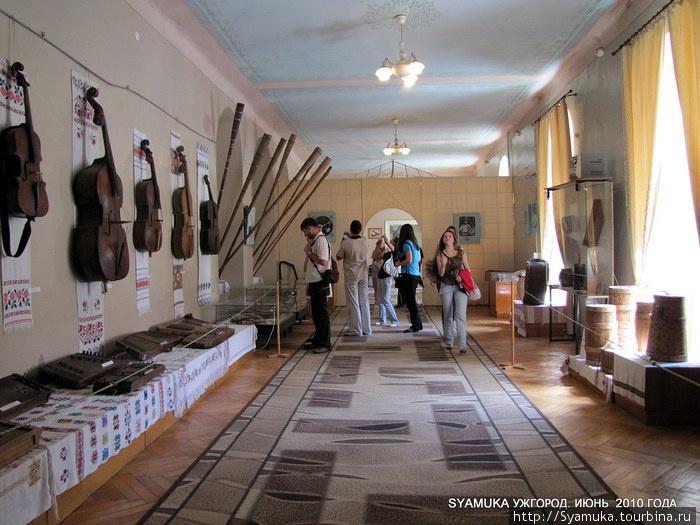 Зал  народных музыкальных инструментов Закарпатья.