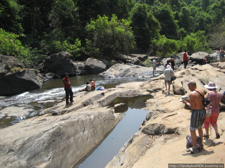 Водопад большой, а речка из озерца течет совсем малюсенькая...