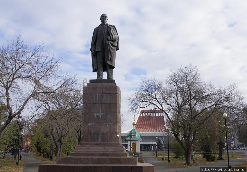 Памятник Ленину на фоне музыкального театра, прозванного в Омске
