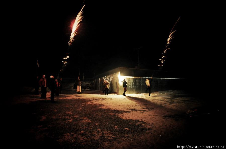 За 15 минут до Нового 2011 Года двор в Унгуртасе наполнился шумом, треском и огнями петард.