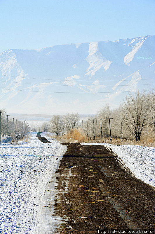Асфальтовая дорога в сторону гор и села Бесмойнак.