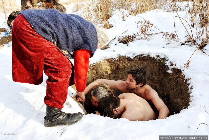 В яму легко могут поместиться до 4 человек. Апа объясняет, как нужно сесть, чтобы как можно меньше крови попало на землю.