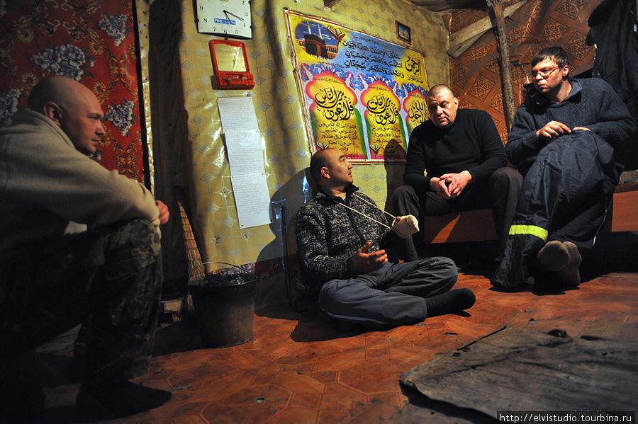 Передняя комната в мужской — с печкой. Именно здесь жили индоутки, когда отморозили лапы и овца с новорожденным барашком.